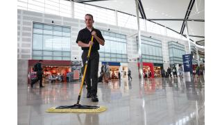 2018809-rcp-cleaning-maximizer-dust-frame-handle-scraper-36_-travel-and-entertainment-lobby-concourse-talent-in-use.tif
