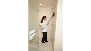 FGQ85500BK00-cleaning-flexframe-11in-black-scrubbermop-yellow-in-use-patientroom-shower.tif