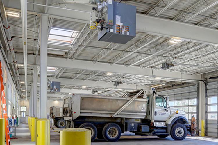Camion en entrepôt avec éclairage de grande hauteur